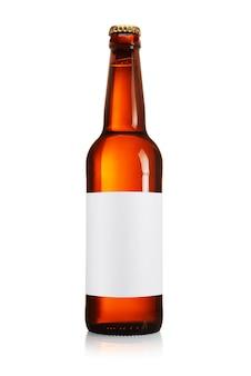 Brązowa butelka piwa z długą szyją i pustą etykietą na białym tle.