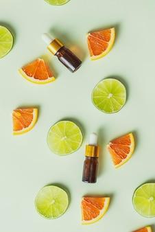 Brązowa butelka z cytryny, pomarańczy, mandarynki i witaminy c. na białym tle.