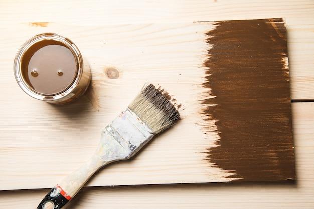 Brązowa farba z pędzlem i drewnem