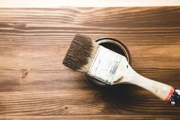 Brązowa Farba Z Pędzlem I Drewnem Premium Zdjęcia