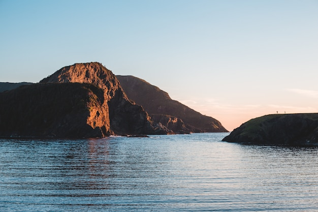 Brązowa formacja skalna na części wód