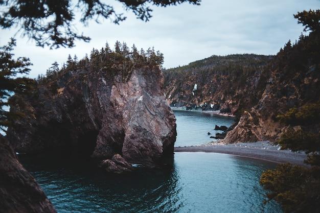 Brązowa formacja skalna na zbiorniku wodnym w ciągu dnia
