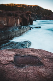 Brązowa formacja skalna w pobliżu zbiorników wodnych w ciągu dnia
