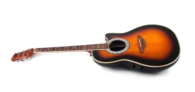 Brązowa gitara na białym tle