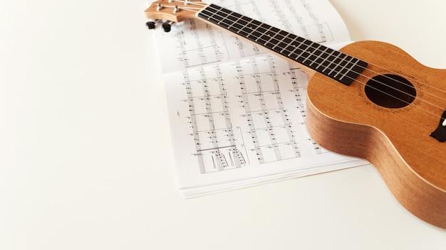 Brązowa gitara ukulele, nuty.