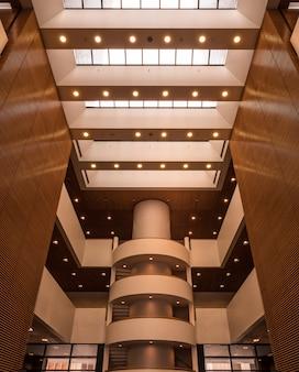 Brązowa i złota sala w dużym budynku