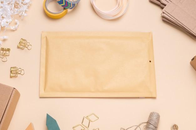 Brązowa koperta bąbelkowa na kolorowym biurku