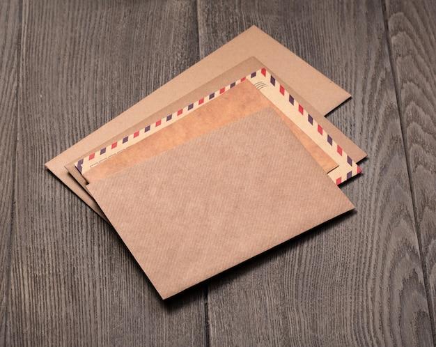 Brązowa koperta na drewnianym tle