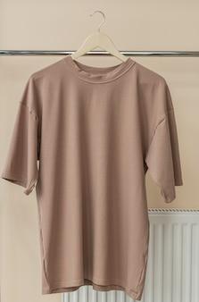 Brązowa Koszulka Na Wieszaku Gotowa Na Własną Grafikę Premium Zdjęcia