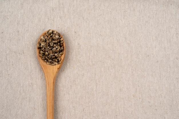 Brązowa lina konopna tekstura tło worek lub koc lniana tapeta łyżka z nasionami konopi