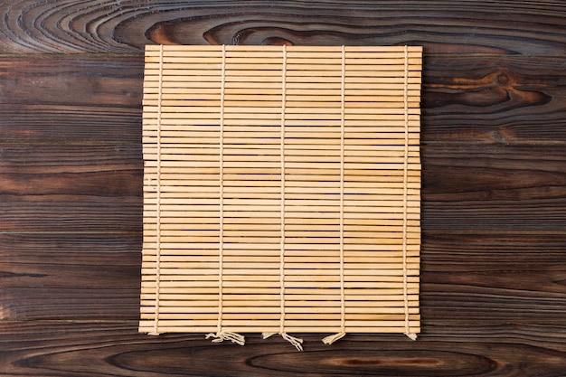 Brązowa mata bambusowa na drewnianym stole
