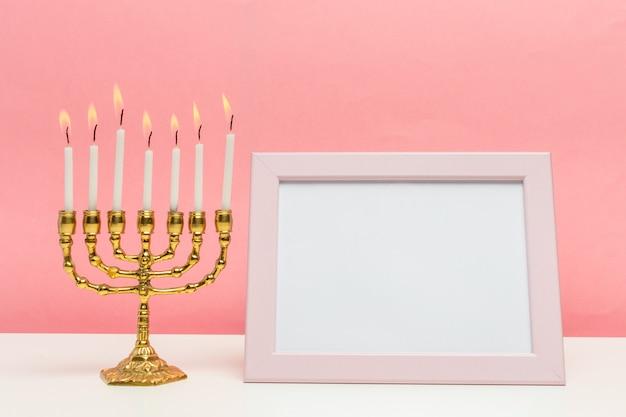 Brązowa menora chanuka z płonącymi świecami