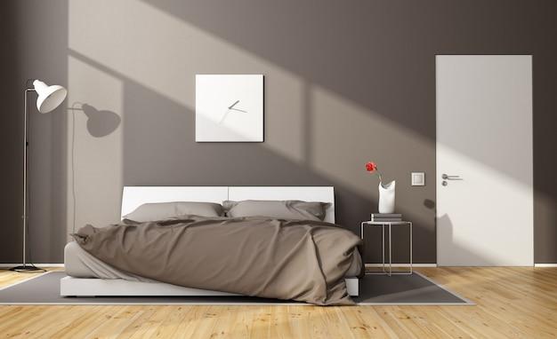 Brązowa, nowoczesna sypialnia z białym podwójnym łóżkiem i zamkniętymi drzwiami
