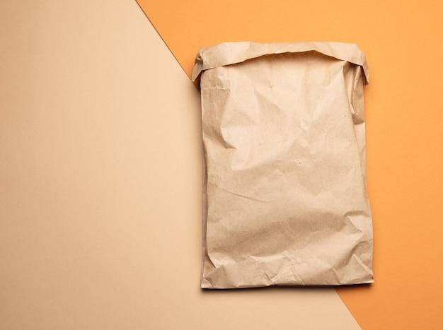 Brązowa papierowa jednorazowa torba na żywność na pomarańczowo