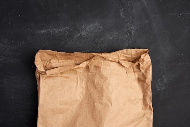 Brązowa papierowa torba na czarnej przestrzeni, widok z góry