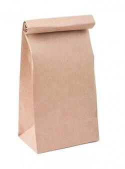 Brązowa papierowa torba odizolowywająca na bielu
