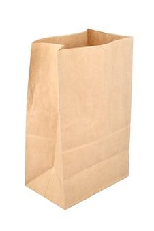Brązowa pusta jednorazowa torba papierowa na białym tle