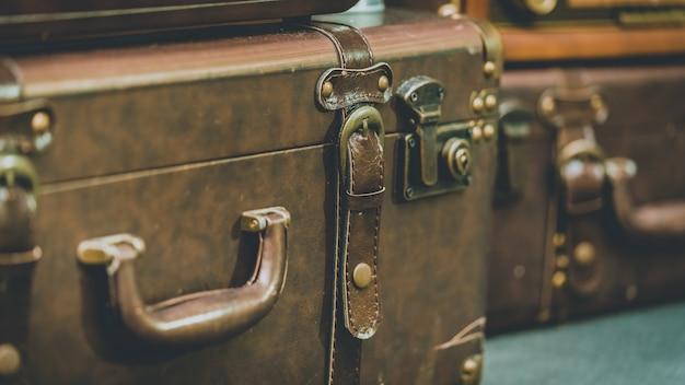 Brązowa skórzana walizka
