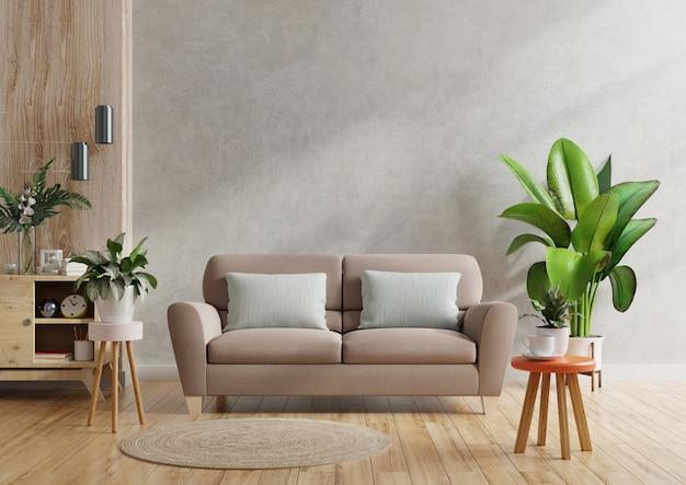 Brązowa sofa i drewniany stół we wnętrzu salonu z roślinną, betonową ścianą.