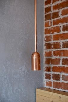 Brązowa stylowa lampa na szarym tle ściany