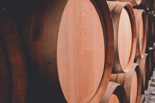 Brązowe beczki wina w piwnicy zamku