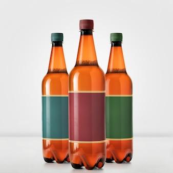 Brązowe butelki piwa makieta na białym tle - pusta etykieta
