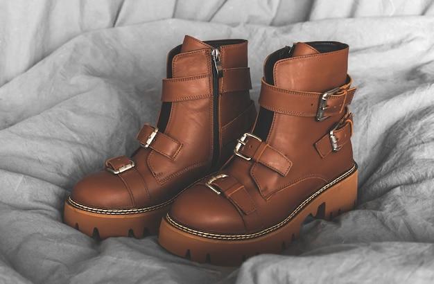 Brązowe buty damskie, skórzane obuwie studyjne zdjęcie w tle