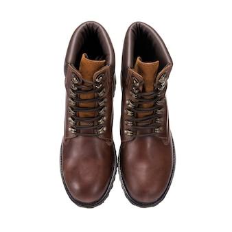 Brązowe buty do noszenia na co dzień, pojedyncze dodatki odzieżowe na białej powierzchni