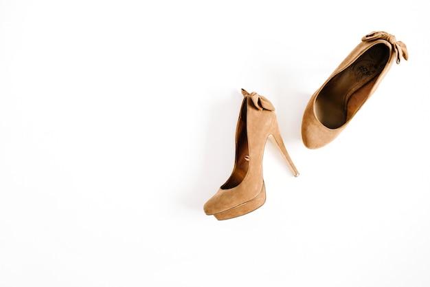 Brązowe buty kobiece wysoki obcas na białym tle. płaskie ułożenie