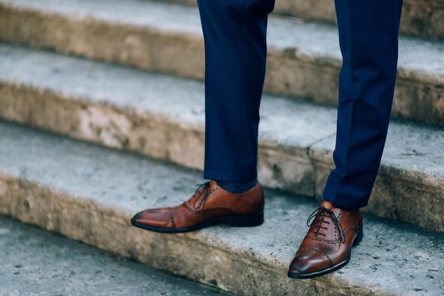 Brązowe buty na męskich nogach