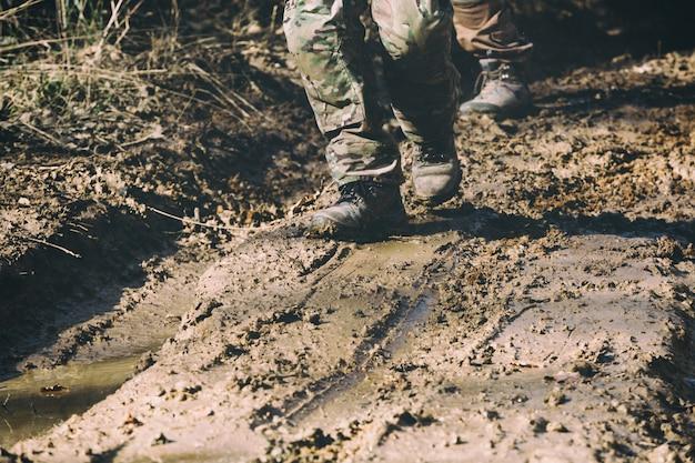 Brązowe buty wojskowe