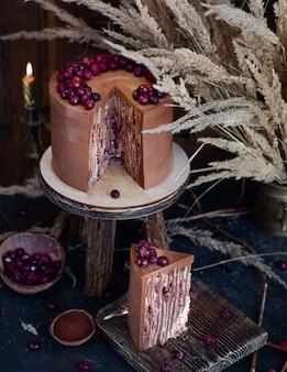 Brązowe ciasto z wiśniami i czekoladą.