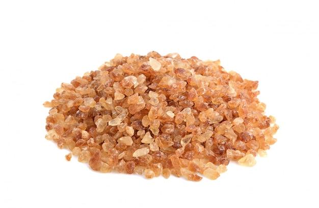 Brązowe cukry kamienne na białym tle