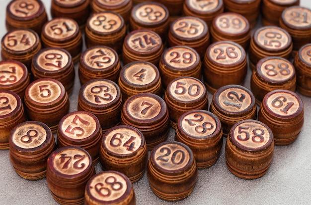 Brązowe drewniane beczki lotto na szarym tle z bliska