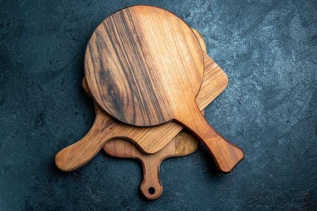 Brązowe drewniane biurko z widokiem z góry