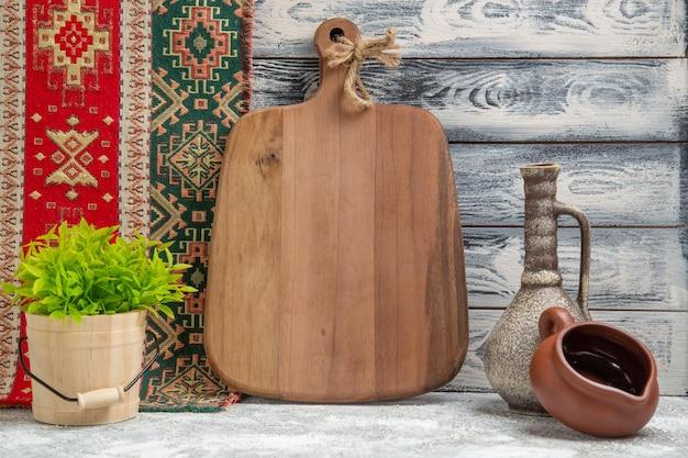 Brązowe drewniane biurko z widokiem z przodu