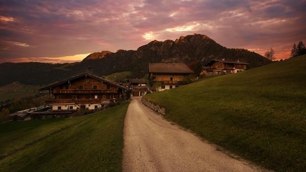 Brązowe drewniane domy na wsi
