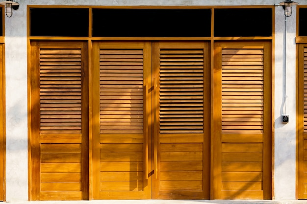 Brązowe drewniane drzwi styl vintage tekstury. vintage drewniane drzwi stare tradycyjne z domu, tekstury i tła.