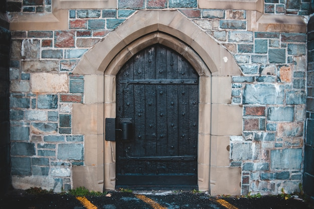 Brązowe drewniane drzwi
