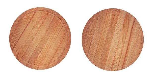 Brązowe drewniane okrągłe deski do krojenia, na białym tle