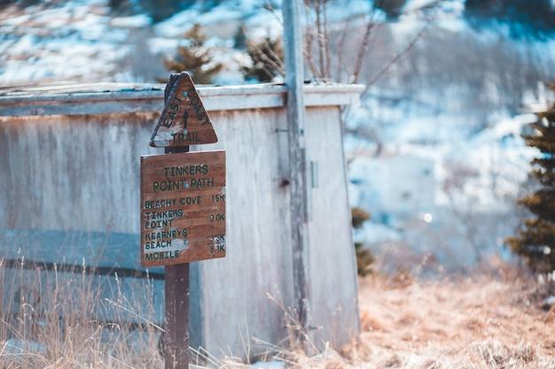 Brązowe drewniane oznakowanie w pobliżu szopy