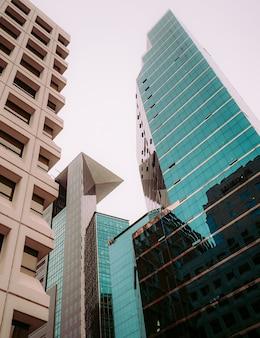 Brązowe i niebieskie wieżowce seulu