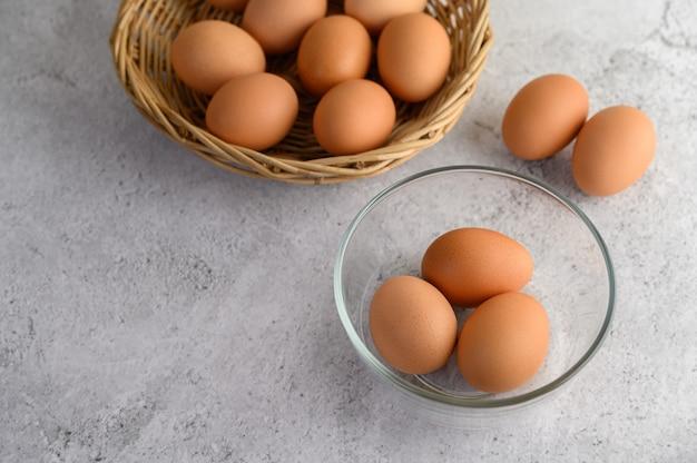 Brązowe jaja i szklanki miski