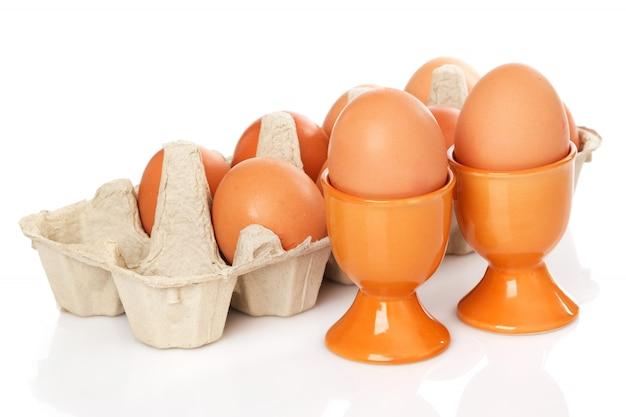 Brązowe jaja na białym tle