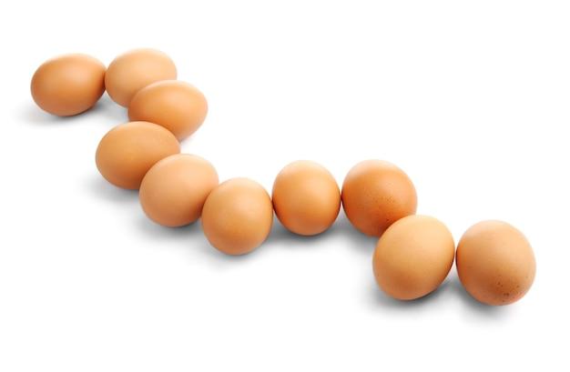 Brązowe jajka na białym tle