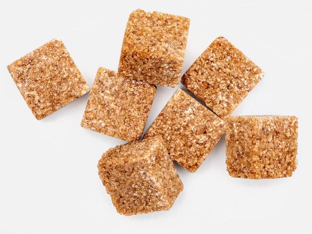 Brązowe kostki cukru.