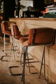 Brązowe miękkie stołki w kawiarni