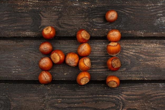 Brązowe orzechy całe smaczne na brązowym drewnianym stole rustykalnym