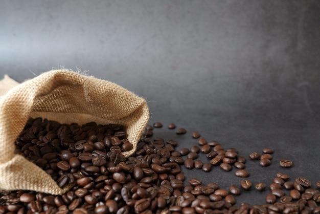 Brązowe palone ziarna kawy i filiżanka kawy