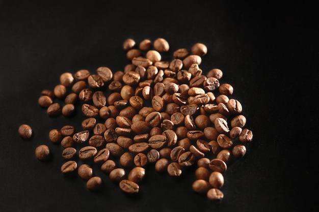 Brązowe palone ziarna kawy z bliska